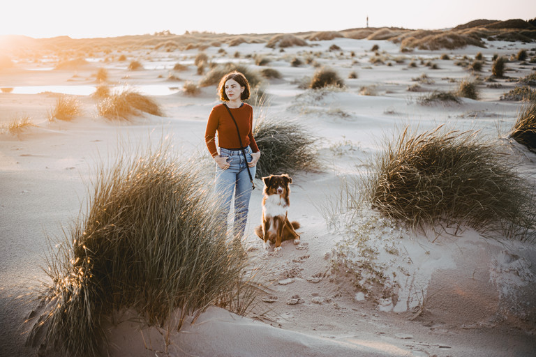 Hundetrainerin Iona mit einem ihrer Hunde.