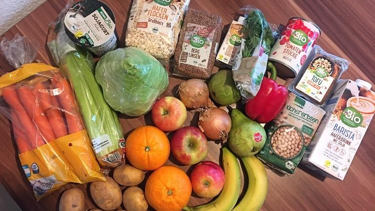 Ein Tisch voll mit gesunden Lebensmitteln