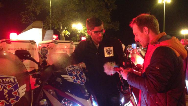Dvir Adani von United Hatzalah unterhält sich mit Reporter Florian Elsemüller.
