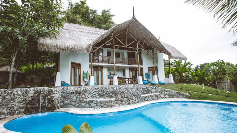 Das Hauptgebäude des Gästehauses Batu Bambu in Lombok (Indonesien), davor ein Pool.