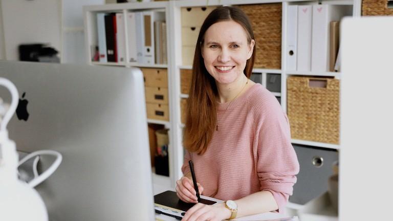 Jana an ihrem Schreibtisch.
