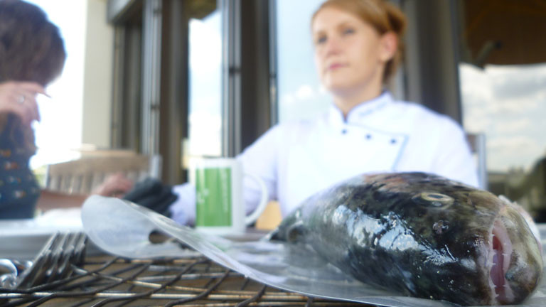 Julia Komp und eine Forelle auf der Dradio Wissen Terrasse