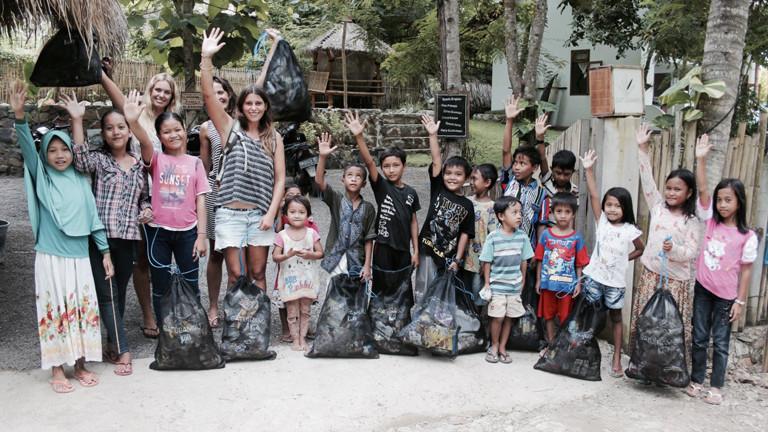 Gruppenbild von Kindern und Erwachsenen bei einem Müllsammel-Einsatz in Lombok, Indonesien.