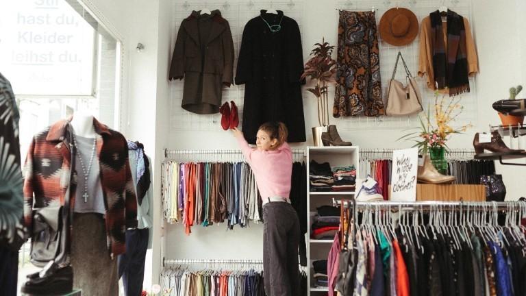 Lena in der Kleiderei.