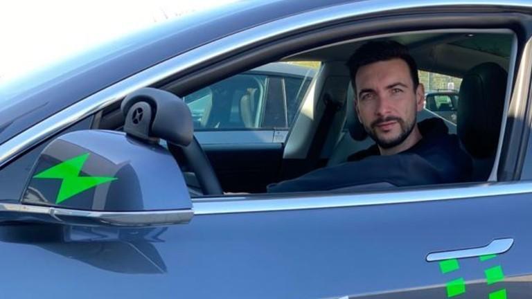 Marcel Matthaei in einem seiner Fahrschulautos.