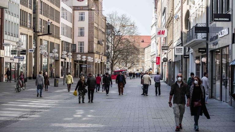 Menschen am 19. März 2020 in der Münchner Innenstadt – einige mit Gesichtsmasken
