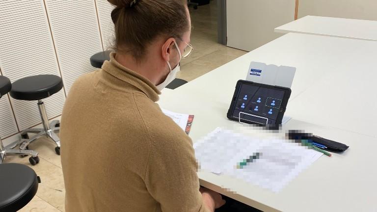 Schauspielstudent Micha sitzt in einer medizinischen Simulationsprüfung