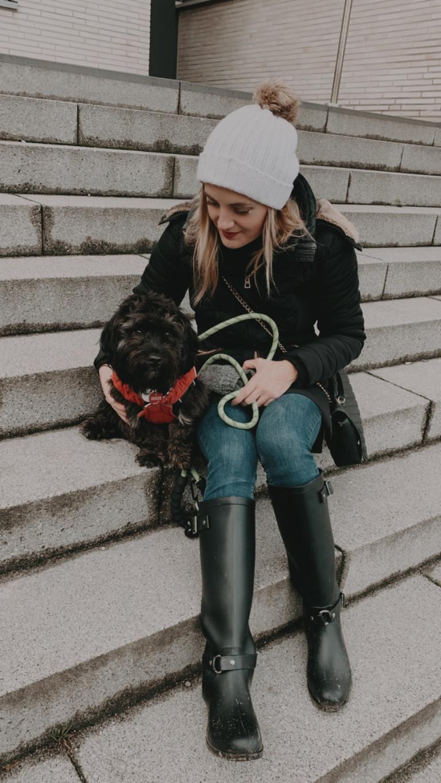 Mieke mit ihrem Hund Teddy.