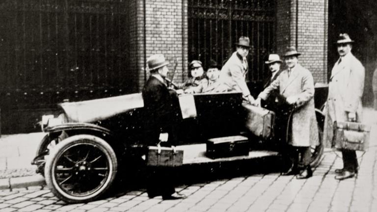 Mordermittler der Kommission Gennat mit ihrem Dienstwagen.