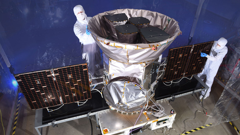Zwei Ingenieure arbeiten am Weltraumteleskop Tess