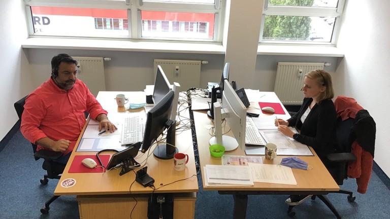 Serkan Çetinkaya und seine Kollegin Jessica Thiemann im Callcenter