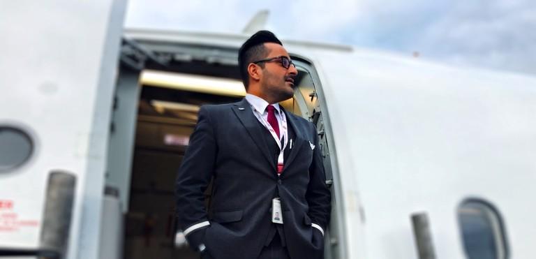 Payam Ghanioghli am Eingang eines Flugzeugs.