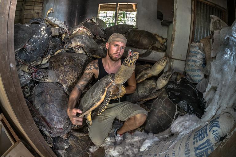 Robert Marc Lehmann setzt sich auch für den Tierschutz ein. Hier ist er mit getöteten Schildkröten zu sehen.
