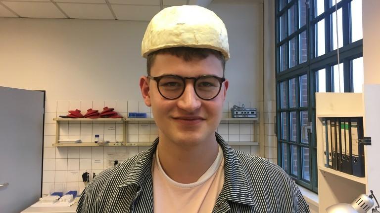 Bastian Schubert hat einen Helm aus Pilzmaterial auf