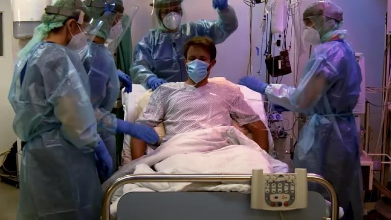 Ein Corona-Patient wird von verschiedenen Ärzten behandelt