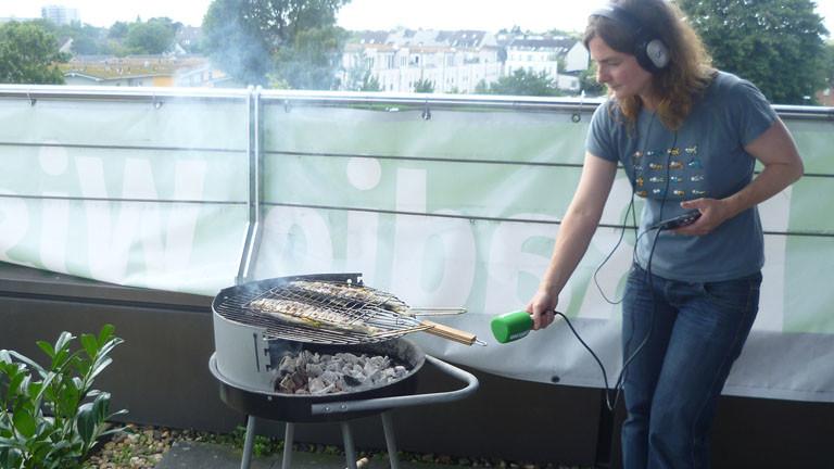 Verena von Keitz mit Mikrofon und Grill