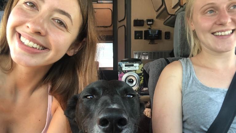 Tamara und Jenny (l.) in ihrem Van in Südamerika, in der Mitte Jennys Hund.