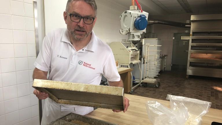 Thomas Krause backt bei Roland Beans ein Brot aus Ackerbohnenschrot