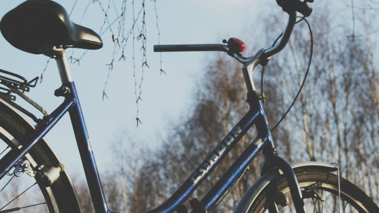 Ein blaues Fahrrad