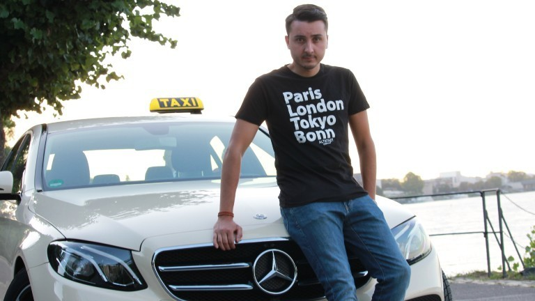 Marcel mit einem seiner Taxis.