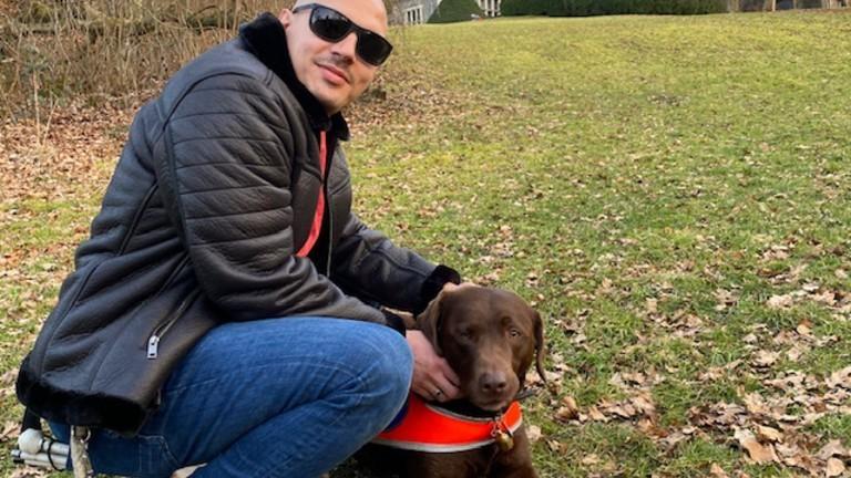 Nikolaos mit seinem Blindenführerhund Orlando.