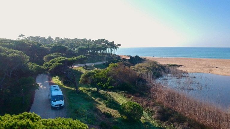 Campingbus Oswald parkt am Meer in Portugal