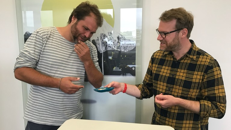 Moderator Paulus Müller und Reporter Christian Schmitt testen Veganer Garnelen