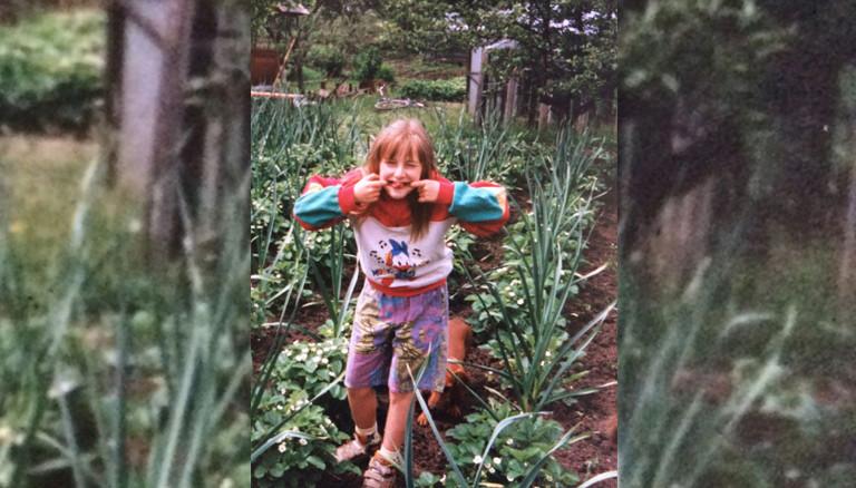 Wlada mit zehn Jahren in einem Gemüsegarten.