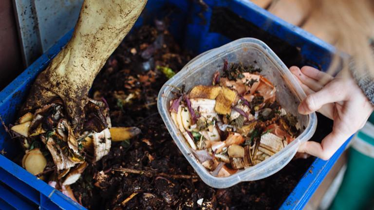 Eine große Kiste mit Kompost und eine kleine Schale mit Küchenabfällen.