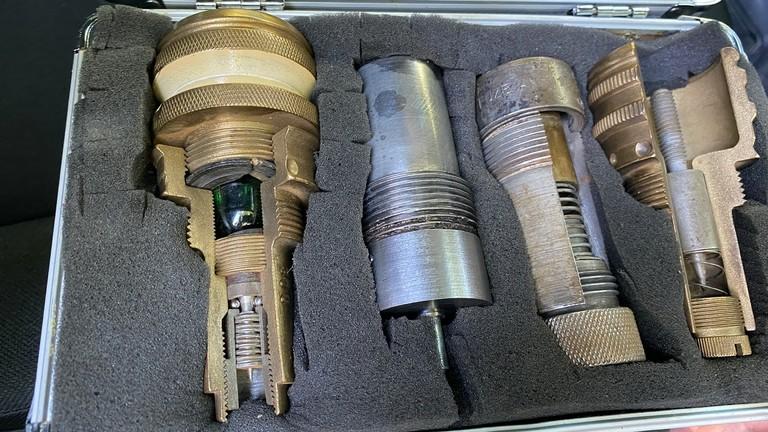 Verschiedene Zünder einer Bombe