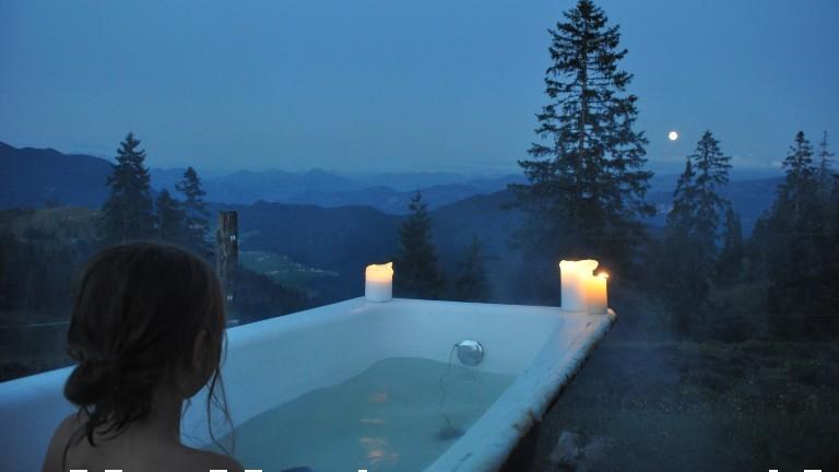 Julia Barbarino in einer Badewanne mit Blick auf die Berge