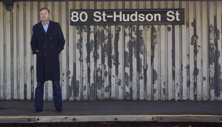 Ex-Spion Jack Barsky vor dem Schild der Bahnstation 80 St-Hudson St.