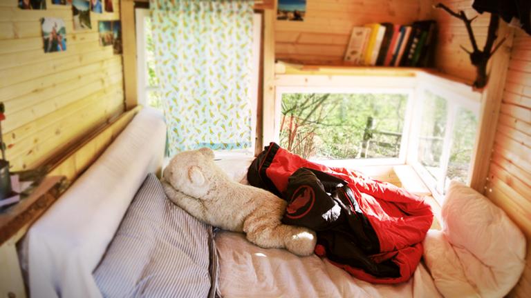 Ein Bett in einem Baumhaus
