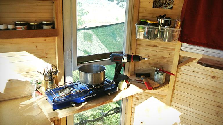 Ein Gaskocher in einem Baumhaus.