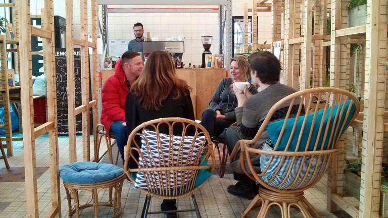 Leute sitzen in einem Café