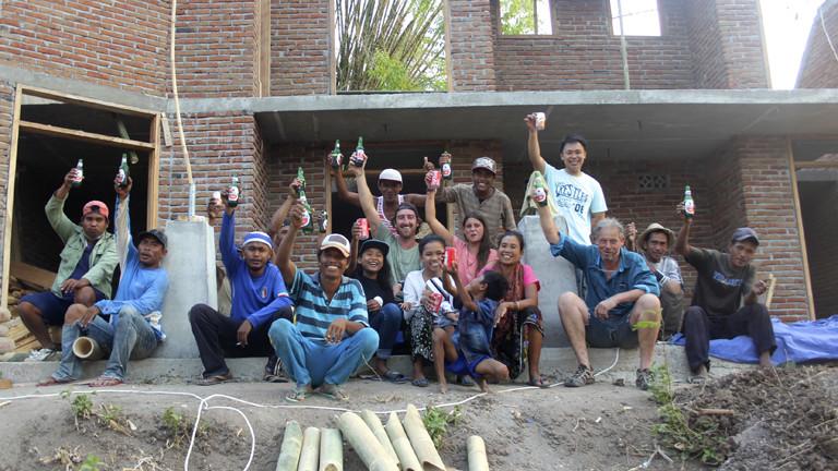 Gruppenbild der Bauarbeiter beim Bau am Gästehaus Batu Bambu in Lombok, Indonesien.