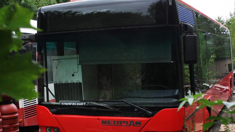 """Der rote Linienbus von vorne. Im Fenster liegt ein Schild mit der Aufschrift """"Sonderfahrt""""."""