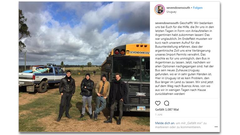 Vier Mitglieder der Sevendownsouth-Reisegruppe vor ihrem umgebauten Schulbus, der zu Verkauf steht