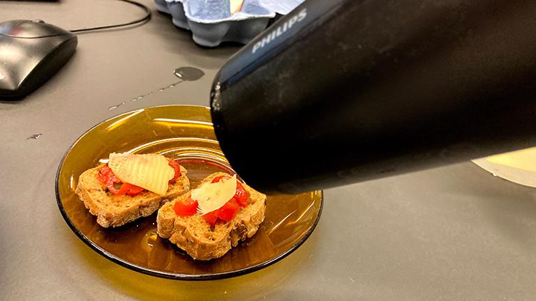 Der Föhn hilft dabei, den Toast mit Käse zu überbacken