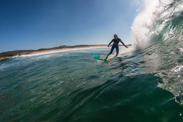 Julia Nölte auf dem Surfbrett.