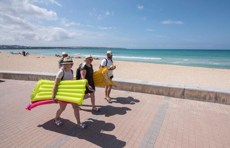 Erste Testurlauber am Strand in Palma de Mallorca.