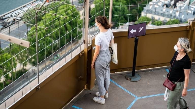 Nach dem Lockdown: Besucherinnen auf dem Eiffelturm am 26.06.2020