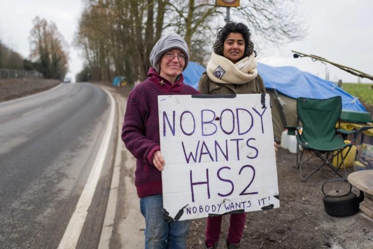 Zwei Demonstrantinnen protestieren am Londoner Stadtrand gegen die Schnellzugstrecke in Großbritannien im Februar 2018