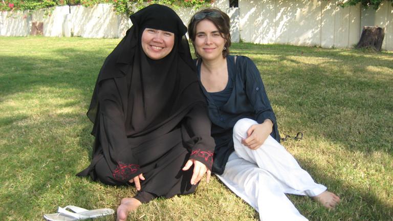 Stephanie Doetzer mit einer Freundin in Katar.