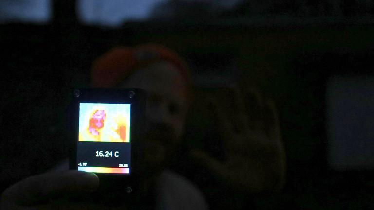Wärmebildkamera im Test an einem Menschen im Dunkeln