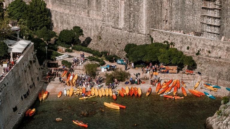 Eine Bucht in Dubrovnik voller bunter Kajaks und vielen Touristen