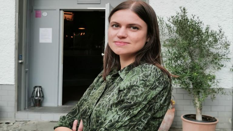 Eine Frau steht vor einem Restaurant