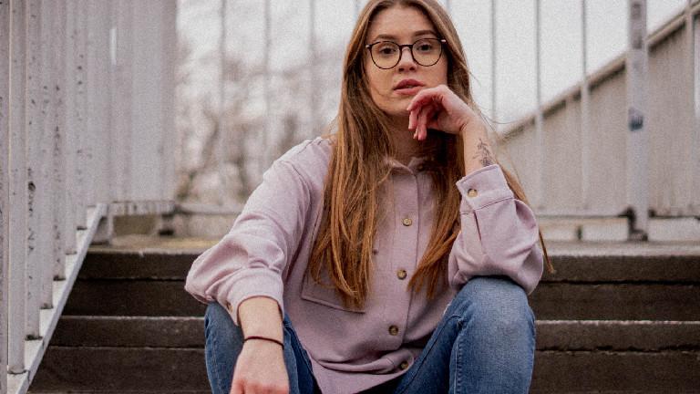 Eine Frau sitzt auf einer Treppe