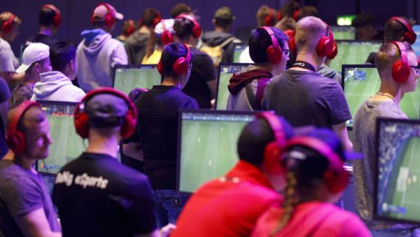 Jugendliche spielen Fussball am PC