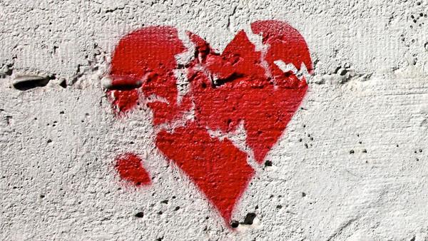 Ein gebrochenes rotes Herz